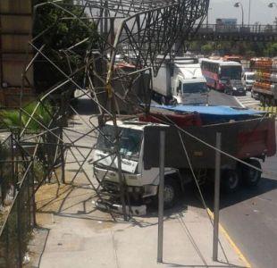 Choque de camión con torre de alta tensión deja a un millón de santiaguinos sin luz