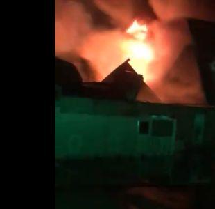 Incendio sin control afecta a bodegas en Quilicura
