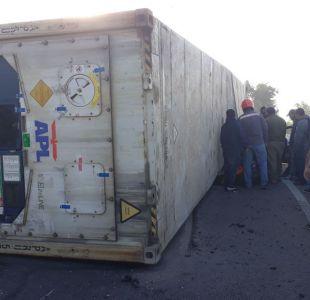 Accidente en Vespucio Norte provoca gran congestión: container cayó sobre un taxi