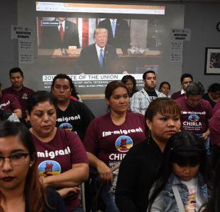 """De espaldas a Trump, inmigrantes en Los Ángeles gritan: """"¡nos quedamos!"""