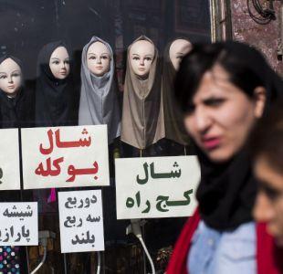 Detienen a cerca de 30 mujeres en irán por quitarse el velo en público