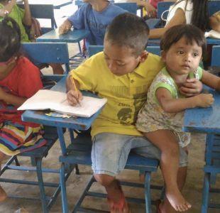 La imagen que recorrió el mundo: niño filipino lleva a su hermanita a la escuela