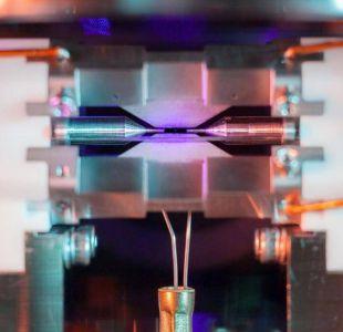Un investigador logró la imposible tarea de fotografiar un minúsculo átomo con una cámara estándar