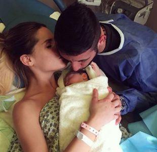 Gala Caldirola y Mauricio Isla junto a su hija recién nacida
