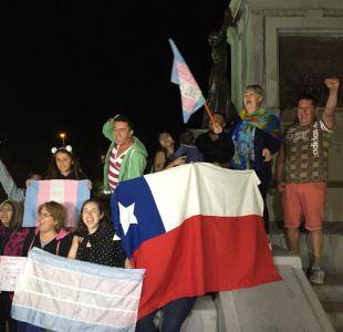 Grupo de personas celebra a Una mujer fantástica en Plaza Italia