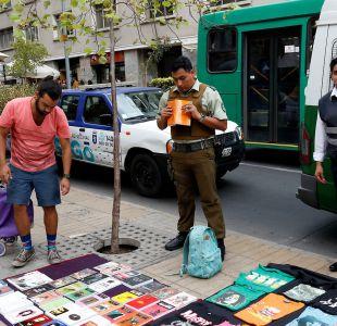 Municipalidad de Santiago comienza a multar a las personas que compren en el comercio ilegal