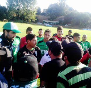 Hinchas interrumpen práctica de Santiago Wanderers para encarar a Córdova