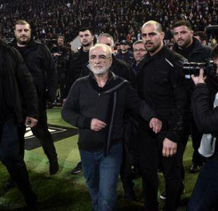 """Presidente del PAOK pide """"disculpas"""" por entrar al campo con una pistola"""
