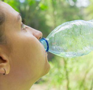 El preocupante hallazgo de partículas de plástico en botellas de agua de 11 marcas diferentes