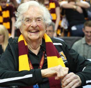 Jean Dolores-Schmidt, la monja de 98 años que se ha convertido en la sensación del deporte en EE.UU