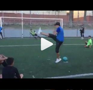 Jugador de fútbol calle sorprende con la forma más creativa de lanzar un penal