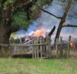 Encapuchados queman dos casas y dos galpones con fardos en Cañete
