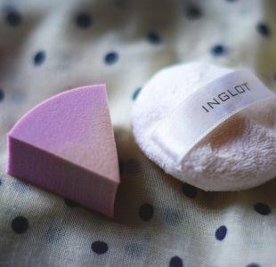 Tuitera causa sensación con un truco para limpiar su esponja de maquillaje