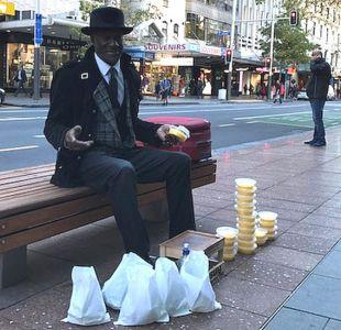 Mr. Sunshine, el exmillonario que se transformó en limpiador de zapatos