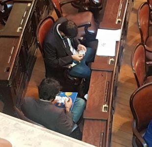 Políticos brasileños intercambian láminas del Mundial en plena sesión