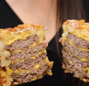 Youtubers descubren el sueño culinario: una hamburguesa con queso envuelta en papas fritas