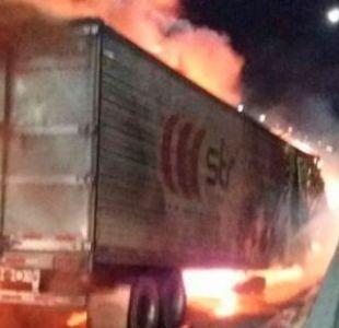 [VIDEO] Camión se incendia en la ruta 5 sur y genera congestión vehicular
