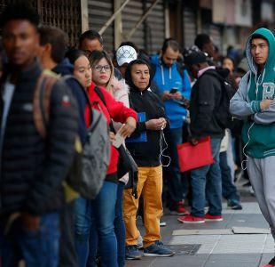 Parlamentarios piden modificar formulario que pregunta a migrantes sobre color de piel y ojos