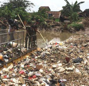 [FOTOS] La gigantesca masa de plástico que bloquea el curso de un río en Indonesia