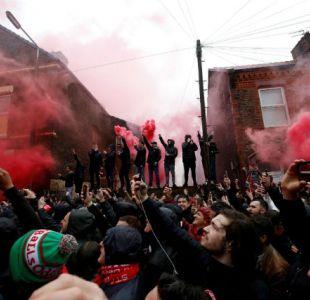 """[VIDEO] Así fue la pelea entre hinchas de Liverpool y Roma que dejó un herido en """"estado crítico"""""""