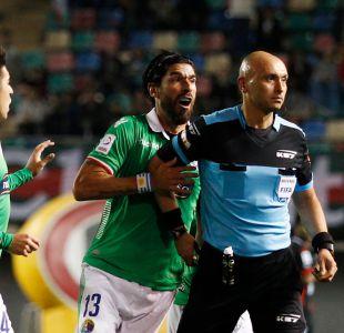 [FOTOS Y VIDEO] Se volvió loco: Sebastián Abreu lanzó mesa contra la hinchada de Audax