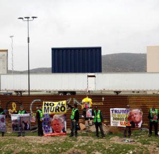 Inmigrantes marchan en la frontera entre México y EEUU