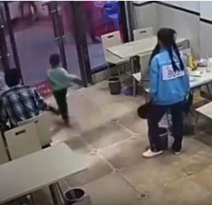 [VIDEO] Indignación en redes sociales por mujer embarazada que hace zancadilla a un niño