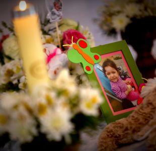 Con pancartas pidiendo justicia, peluches y flores: Así fue el velorio de la pequeña Ámbar