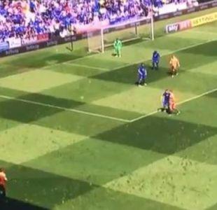 [VIDEO] El insólito saque de banda que realizó un jugador de fútbol en Inglaterra