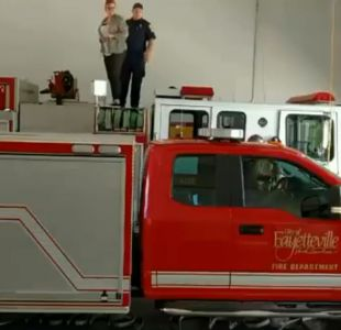 [VIDEO] Esta joven no imaginaba que su futuro amoroso estaba debajo de un carro de bomberos