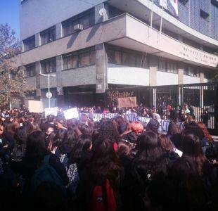 [VIDEO] Alumnas realizan manifestación contra violencia de género en frontis del Instituto Nacional