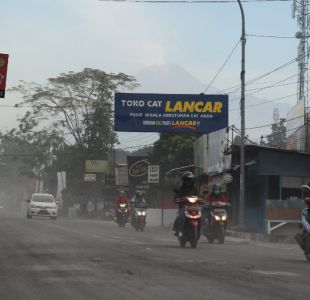 Evacuaciones tras erupción de un volcán en Indonesia
