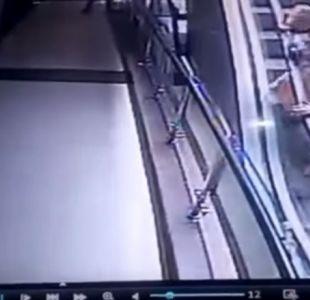 Bebé cae desde escalera mecánica mientras su madre se saca una selfie