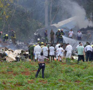 [VIDEO] Avión se estrella tras despegar en Cuba: Hay tres sobrevivientes