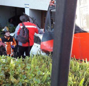 Bus del Transantiago queda incrustado en edificio tras accidente en Las Condes