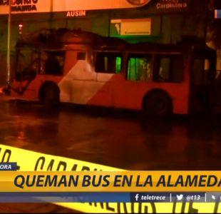 [VIDEO] Encapuchados queman bus del Transantiago en Estación Central