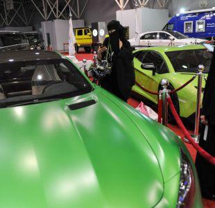 Mujeres comienzan a recibir sus licencias de conducir en Arabia Saudita