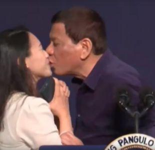 [VIDEO] Polémica por beso en la boca que el presidente de Filipinas le dio a una migrante de su país