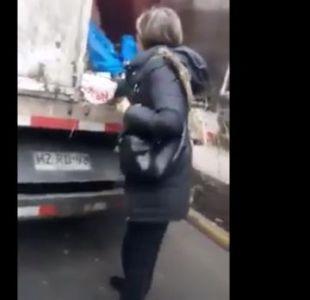 [VIDEO] Las Condes: Mujer amenazó con cuchillo y martillo a trabajadores de limpieza