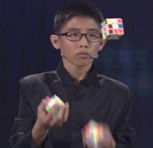 [VIDEO] El niño de 13 años que logró un récord Guinness al armar cubos Rubik haciendo malabares