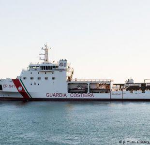 Barco con 932 inmigrantes llega al puerto italiano de Catania