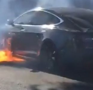 [VIDEO] Auto Tesla estalla en llamas inesperadamente en una congestionada avenida de Estados Unidos