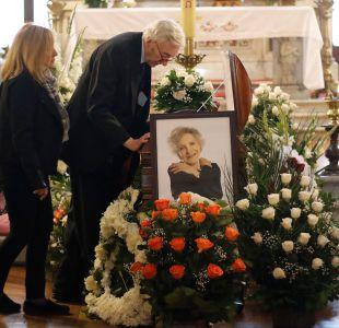 Juan Carlos Bistoto al lado del féretro de Nelly Meruane