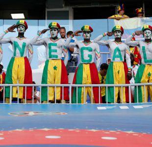 [FOTOS] Los curiosos atuendos en las tribunas de Senegal contra Colombia