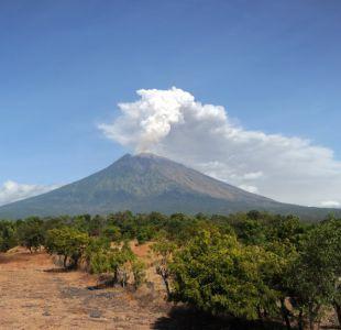 Erupción volcánica en Bali deja a miles de turistas atrapados tras cierre de aeropuerto