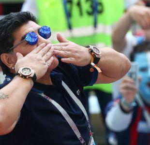 [FOTOS] Un cariñoso e histriónico Diego Maradona alienta a Argentina ante Francia en Kazán
