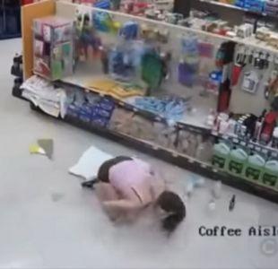 [VIDEO] Cámaras de seguridad captan robo frustrado que termina con mujer cayendo del entretecho