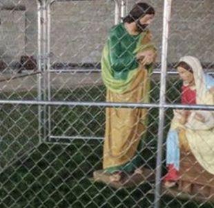 Iglesia protesta con un niño Jesús enjaulado en protesta por política migratoria de Trump