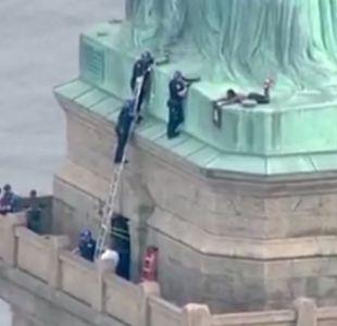 [VIDEO] Una mujer trepó la Estatua de la Libertad para protestar contra Trump