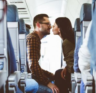 Un avión, dos desconocidos y una cámara indiscreta: ¿es la mejor historia de amor contada en redes?